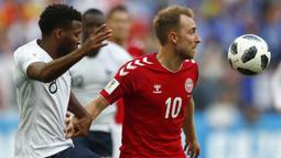 Gelandang Denmark, Christian Eriksen, berusaha melewati gelandang Prancis, Thomas Lemar, pada laga grup C Piala Dunia di Stadion Luzhniki, Moskow, Selasa (26/6/2018). Kedua negara bermain imbang 0-0. (AP/Matthias Schrader)