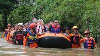 Menteri Ketenagakerjaan Ida Fauziyah menaiki perahu karet milik Badan Penanggulangan Bencana Daerah (BPBD) untuk menerobos masuk BBPLK yang tergenang banjir setinggi 1,5 meter.