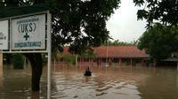 Hujan deras yang mengguyur pantura barat Jawa Tengah sejak dua hari terakhir mengakibatkan ribuan rumah di 15 kecamatan di Kabupaten Tegal, Kota Tegal, dan Kabupaten Brebes, terendam banjir. (Liputan6.com/Fajar Eko Nugroho)
