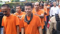 Tersangka kasus premanisme dihadirkan di Mapolres Metro Jakarta Barat, Senin (12/11). Polisi menangkap 23 pria dari dua kasus berbeda karena  tindakan perusakan, intimidasi, pengusiran, dan penguasaan lahan di Jakbar. (Liputan6.com/Immanuel Antonius)