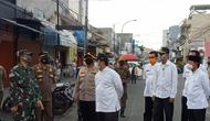 Wali Kota Tangerang, Arief R Wismansyah melakukan inspeksi bersama Kapolres Metro Tangerang Kota Sugeng Heriyanto dan Dandim 0506/Tgr Wisnu Kurniawan, Jumat (29/5/2020). (Liputan6.com/Pramita Tristiawati)