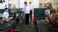 Kanwil Kemenkumham Jatim Krismono mengecek kondisi Lapas Madiun. (Dian Kurniawan/Liputan6.com)