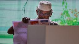 Seorang warga berada di bilik suara saat pemungutan suara ulang pemilu 2019 di TPS-6 Desa Lamteumen Timur, Banda Aceh, Aceh, Kamis (25/4). Pemungutan suara ulang karena adanya penggunaan formulir C6 pemilih yang telah meninggal dunia pada pemilu 17 April lalu. (CHAIDEER MAHYUDDIN/AFP)