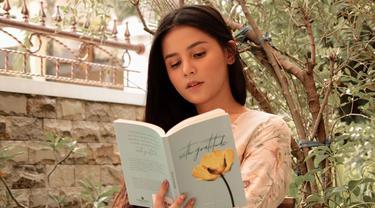 Yunita Siregar, perempuan kelahiran 19 Juni 1994 ini kerap mengunggah momen saat ia membaca buku. Ia terlihat begitu larut menikmati buku yang sedang ia baca. Kesenangannya dalam membaca buku, kerap ia unggah di Instagram. (Liputan6.com/IG/@yunitasiregar)
