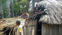 Meski hidup dalam kemiskinan, janda tua itu merawat dua anak angkat yang yatim piatu. Liputan6.com/Ola Keda)