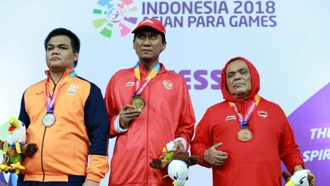 Atlit catur Indonesia Hendi Wirawan (tengah), Suryanto Edy (kanan) dan Kaungsen dari Myanmar berpose usai menerima medali emas kelas standar individu putra B1 dalam ajang Asian Para Games 2018, di Jakarta, Rabu (10/10/2018). (INAPGOC/Setiyo Sc)