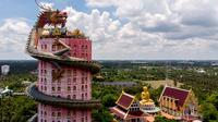 Pemandangan udara pada 11 September 2020 menunjukkan kuil Budha Wat Samphran (Kuil Naga) di Nakhon Pathom, sekitar 40 km sebelah barat Bangkok. Kuil Buddha ini menjadi salah satu destinasi wisata di Thailand karena memiliki arsitektur menakjubkan. (Photo by Mladen ANTONOV / AFP)