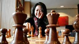 Perempuan berusia 28 tahun ini tidak hanya penuh konsentrasi saat bertanding catur, namun beberapa momen ia juga melemparkan senyum manis. Gayanya Irene Sukandar saat bermain catur pun selalu mencuri perhatian publik. (Liputan6.com/IG/@irene_sukandar)