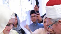 Penyanyi Siti Nurhaliza saat menggelar acara akikah anak pertama mereka, Siti Aafiyah. Sebelumnya saat mengunggah foto putrinya, Siti sempat mengatakan telah memberikan nama Fatimah Az-Zahra selama seminggu ini. (instagram.com/ctdk)