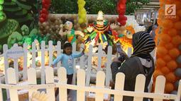 Seorang anak berfoto saat mengunjungi  Indonesia Balloon Art Festival (IBAF) 2018 di Mal Ciputra Jakarta, Jumat (29/6). IBAF 2018 ini, juga menjadi sarana edukasi bagi anak-anak sekarang yang lebih suka bermain dengan gadget. (Liputan6.com/Arya Manggala)
