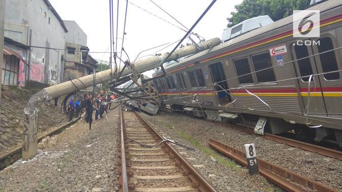Kereta rel listrik (KRL) mengalami anjlok dan menabrak tiang listrik saat melintasi antara stasiun Cilebut dan Stasiun Bogor. (Liputan6.com/Achmad Sudarno)