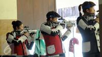 Petembak Indonesia, Vidya Rafika saat berlaga di Final 50m RIFLE 3 positions women di Kejuaraan Menembak se-Asia Tenggara di Jakarta, Senin (23/11/2015). Vidya menempati posisi tujuh dengan 367.0 poin. (Liputan6.com/Helmi Fithriansyah)