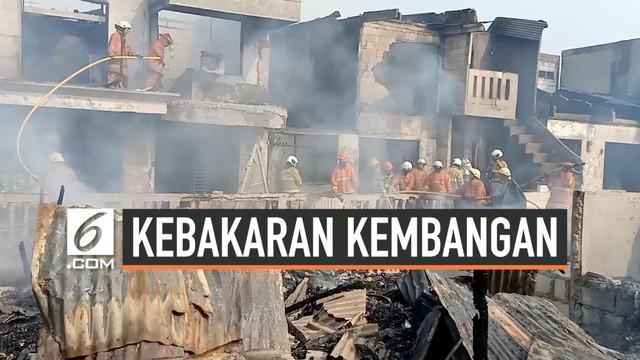 Kebakaran terjadi di kawasan padat permukiman di Kembangan, Jakarta Barat. Kebakaran cepata menyebar karena lokasi yang sulit dijangkau tim pemadam.