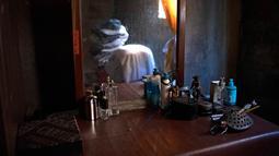 Barang-barang di kamar tidur mendiang jurnalis foto Franklin Rivera, 52, yang meninggal karena COVID-19, di Ciudad Delgado, El Salvador, 13 Juli 2020. Hingga 25 September 2020, kematian global akibat COVID-19 hampir mencapai satu juta, sepertiganya terjadi di Amerika Latin. (Yuri CORTEZ/AFP)