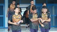Timnas Malaysia U-23 saat latihan di Stadion SPOrT Jabar, Jalan Arcamanik, Kota Bandung, Kamis (16/8/2018). (Bola.com/Muhammad Ginanjar)