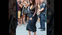 Petugas itu terus memandang bokong seksi ibu anak satu tersebut, Minggu (10/8/14). (TMZ.com)