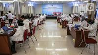 Suasana vaksinasi COVID-19 untuk para pekerja di Gedung Kemenaker, Jakarta, Selasa (4/5/2021). Vaksinasi ini juga sebagai salah satu upaya pemerintah melindungi kesehatan pekerja sehingga dapat bekerja dengan baik. (Liputan6.com/Faizal Fanani)