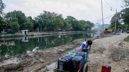 Pedagang air keliling mengaku permintaan air dimusim kemarau ini sangat meningkat, Jakarta, Senin (22/9/14). (Liputan6.com/Faizal Fanani)