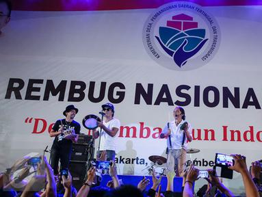 Grup band Slank memeriahkan Forum Rambug Nasional 2015 di Jiexpo Kemayoran, Jakarta, Selasa (15/12). Forum tersebut bertema 'Desa membangun Indonesia'. (Liputan6.com/Faizal Fanani)
