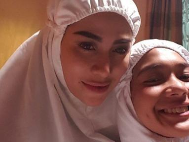 Selebritas Cinta Penelope (kiri) kini tampil dengan mengenakan hijab. Sebelumnya, Cinta Penelope diketahui merupakan wanita yang kerap tampil seksi dan juga memiliki banyak tato di tubuhnya. (Instagram/princess_cinta_penelope)