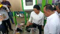 Menteri BUMN, Rini M Soemarno meninjau kegiatan operasional pabrik pengolahan gabah di Sentral Pengolahan Beras Terpadu di Desa Taringgulandeuh, Purwakarta, Jawa Barat.
