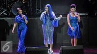 Trio vokal 3 Diva (dari kiri) Ruth Sahanaya, Titi DJ, Krisdayanti tampil pada Konser yang bertajuk 'Live Exclusive Concert 3 Diva' di Balai Sarbini, Jakarta, Sabtu (17/9). (Liputan6.com/Yoppy Renato)