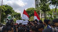 Suporter sepak bola dari berbagai aliansi memadati tempat berlangsungnya Kongres Luar Biasa (KLB) Pemilihan PSSI di Hotel Shangri-La, Jakarta, Sabtu (2/11/2019). (Bola.com/Muhammad Adiyaksa)