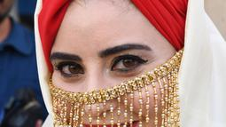 Seorang perempuan yang mengenakan kostum tradisional Tunisia mengikuti perayaan tahunan Hari Perempuan Nasional di pusat kota Tunis, Tunisia, pada 13 Agustus 2020. (Xinhua/Adel Ezzine)