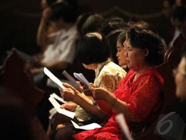 Jemaat mengikuti misa Natal di Gereja Katedral, Jakarta, Kamis (25/12/2014). (Liputan6.com/Faizal Fanani)