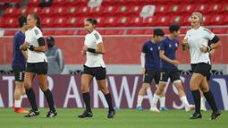 Edina Alves Batista bersama asisten wasit, Neuza Back dan Mariana Del Alemida menjadi wasit wanita pertama di turnamen sepak bola putra milik FIFA di kejuaraan ini. (AFP/Karim Jaafar)