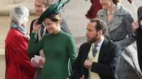 Pippa Middleton di pernikahan Putri Eugenie. (Andrew Matthews / POOL / AFP/Asnida Riani)