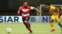 Aksi Diego Assis (kiri) pada laga bersama Madura United. (Bola.com/Aditya Wany)