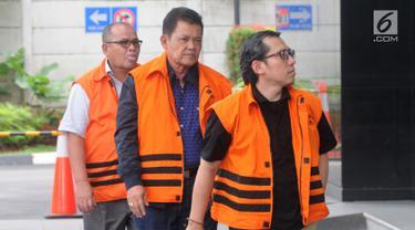 Tersangka korupsi Sekda Kota Dumai Muhammad Nasir (kiri), Wali Kota Pasuruan Setiyono (tengah) dan Kasi Permukiman Kemenkeu Yaya Purnomo tiba di Gedung KPK, Jakarta, Jumat (21/12). Ketiganya akan diperiksa dalam kasus berbeda. (Merdeka.com/Dwi Narwoko)