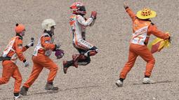 Bak berlari dan melompat seperti kelinci, Marquez merayakan kemenangannya di Sirkuit Sachsenring, Jerman. (AFP/Robert Michael)