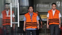 Dua tersangka Anggota Komisi I DPR dari Fraksi Golkar, Fayakhun Andriadi (kanan) dan Anggota DPRD Kota Malang Suprapto (kiri) keluar dari gedung KPK usai menjalani pemeriksaan, Jakarta (13/4). (Merdeka.com/Dwi Narwoko)