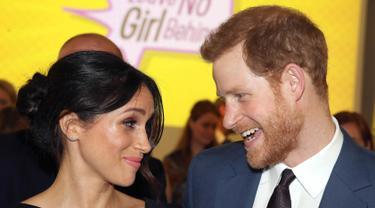 Pangeran Harry didampingi tunangannya Meghan Markle menghadiri Commonwealth Heads of Government Meeting di London (19/4). Meghan Markle terlihat mengenakan busana serba hitam saat mengahadiri acara tersebut. (Chris Jackson/Pool Photo via AP)