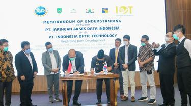 Penandatanganan kerja sama PT Jaringan Akses Indonesia dan PT Indonesia Optic Technology di Kantor Badan Pengusahaan (BP) Batam, Rabu (14/10/2020).