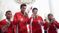 Atlet peraih medali Olimpiade Rio 2016, pasangan bulu tangkis Tontowi/Liliyana serta dua atlet angkat besi Sri Wahyuni Agustiani dan Eko Yuli Irawan seusai diterima Presiden Jokowi , di Istana Merdeka, Jakarta, Rabu (24/8). (Liputan6.com/Faizal Fanani)