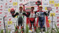Andi Gilang (Tengah) berhasil menyabet double podium tertinggi ARRC kelas Supersport600 yang digelar pada Sabtu-Minggu (13-14/10) di Sentul International Circuit. (Foto: AHM)