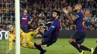 Gerard Pique dan Arturo Vidal gagal memanfaatkan peluang emas di mulut gawang Real Betis laga lanjutan La Liga 2018/19 yang berlangsung di stadion Camp Nou. Barcelona kalah 3-4. (AFP/Josep Lago)