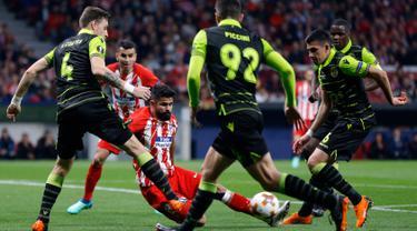 Striker Atletico Madrid Diego Costa dihadang pemain Sporting Lisbon saat pertandingan Liga Europa di stadion Metropolitano, Madrid (5/4). Dalam pertandingan ini Atletico Madrid unggul 2-0 atas Sporting Lisbon. (AP Photo / Francisco Seco)