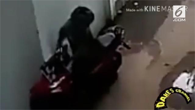 Dua kawanan pencuri yang ditangkap mengungkap sebuah rahasia agar motor yang diparkir susah untuk dicuri penjahat.
