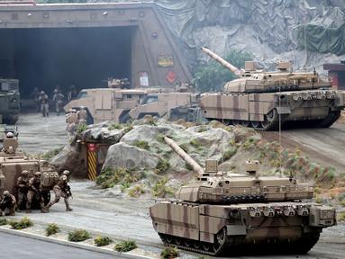 Tentara Uni Emirat Arab (UEA) menggelar latihan militer saat pembukaan Pameran dan Konferensi Pertahanan Internasional (IDEX) di Abu Dhabi, UEA, Minggu (17/2). IDEX adalah pameran pertahanan khusus terbesar di kawasan Timur Tengah dan Afrika Utara. (AFP)