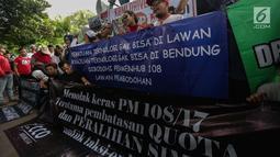 Puluhan driver online membentangkan spanduk saat unjuk rasa di depan Kementerian Perhubungan, Jakarta, Senin (22/1). Tarif juga harus dilakukan berdasarkan kesepakatan pengguna jasa dan penyedia jasa transportasi. (Liputan6.com/Faizal Fanani)