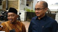 Ketua Fraksi PKS DPRD DKI Abdurrahman Suhaimi (memakai kopiah) yang mengajak calon wagub DKI Jakarta Agung Yulianto (berbaju biru). (Liputan6.com/ Delvira Chaerani Hutabarat)