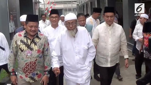 Abu Bakar Baasyir, terdakwa kasus terorisme disebut segera bebas dari penjara. Sang anak, Abdul Rochim Baasyir, mengaku mengetahui kabar ini dari Yusril Ihza Mahendra yang merupakan pengacara Presiden Joko Widodo.