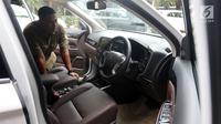 Tampilan depan mobil listrik hibah dari Mitsubishi Motors kepada Kementerian Perindustrian (Kemenperin) di Jakarta, Senin (26/2). Selain menghibahkan mobil listrik, Mitsubishi juga memberi empat unit quick charger. (Liputan6.com/JohanTallo)