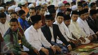 Presiden Joko Widodo melaksanakan ibadah salat tarawih pertama di Masjid Istiqlal, Jakarta, Rabu (17/6/2015). Ribuan jamaah memadati Masjid Istiqlal pada malam pertama Ramadan. (Liputan6.com/Faizal Fanani)