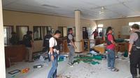 Kondisi kantor WKS di Distrik VIII setelah diserang kelompok SMB. (Liputan6.com/Gresi Plasmanto)