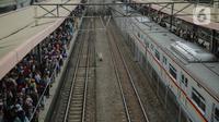 Calon penumpang menunggu keberangkatan KRL Commuter Line Bogor-Jakarta di Stasiun Tanah Abang, Jakarta, Minggu (29/12/2019). PT KCI menambah jam operasional KRL hingga pukul 03.00 WIB pada 1 Januari 2020. (Liputan6.com/Faizal Fanani)